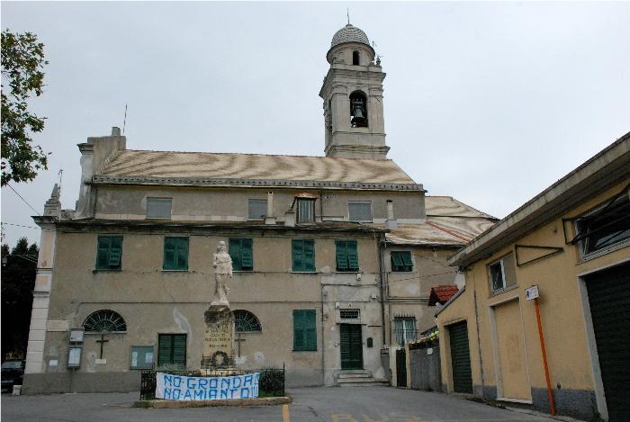 Piazza di Murta, con la chiesa e lo striscione con scritto No Gronda, No Amianto
